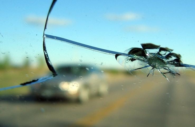 Трещина на лобовом стекле во всю длину