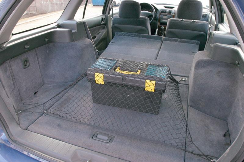 Увеличение объема багажника за счет сложенных сидений