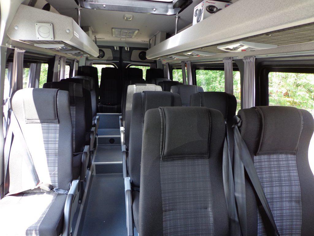 Сидения с ремнями безопасности для пассажиров