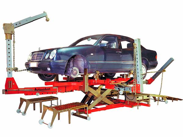 Мерседес Бенц на стенде (стапеле) для проверки и восстановления геометрии корпуса
